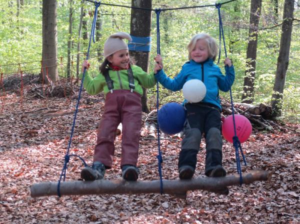Kind Vom Klettergerüst Auf Bauch Gefallen : Waldkindergarten räuberhöhle herrenberg kigajahr 2013 14